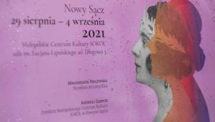 Różowy plakat z festiwalu Ady Sari.