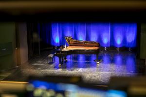 Fortepian na scenie.