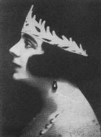 Głowa kobiety stojącej bokiem.