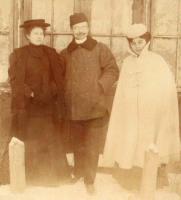 Mężczyzna i dwie kobiety stoją na zewnątrz.