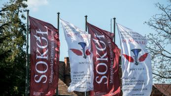 Zawieszone na masztach cztery flagi promujące wydarzenie