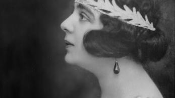 czarnobiała fotografia kobiety w ozdobnej tiarze