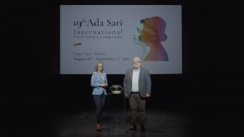 kobieta i mężczyzna stoją na scenie