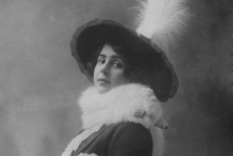 czarno-biały portret kobiety w dużym ozdobnym kapeluszu