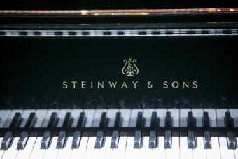 zbliżenie na klawisze fortepianu