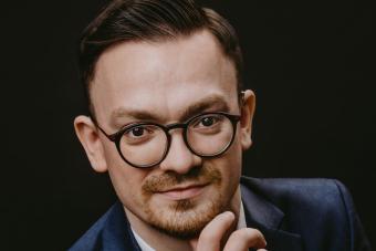 portret młodego mężczyzny w garniturze
